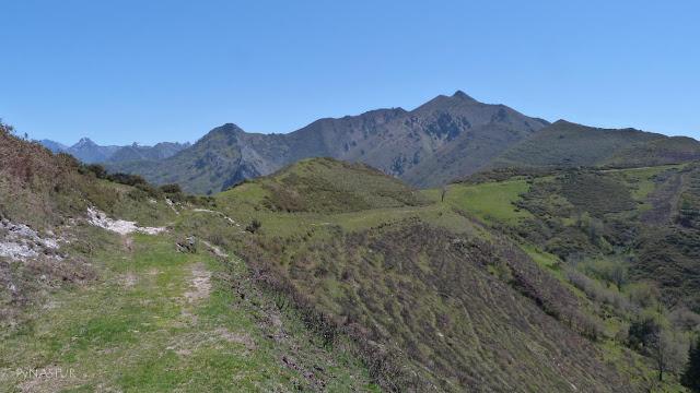 Campera del Sellón con El Facéu al fondo GR-102