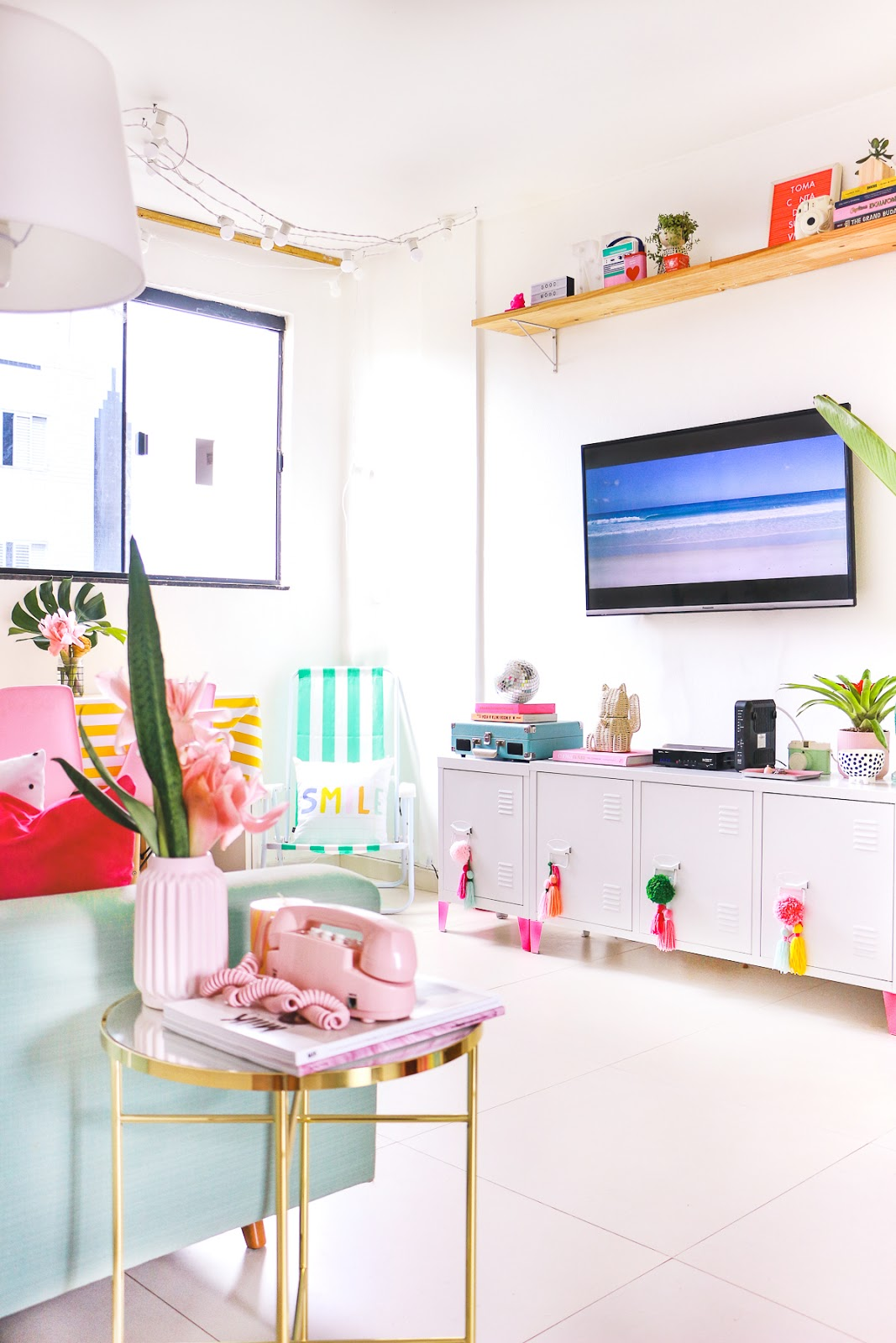 decoração sala de estar com tv rack industrial branco