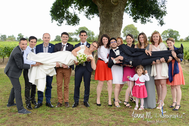 photo fun des mariés avec leurs copains, photo originale groupes mariage