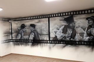 Artystyczne malowanie ściany w motyw z filmu JAnosik, obraz namalowany na ścianie farbami akrylowymi, mural czarno-biały,