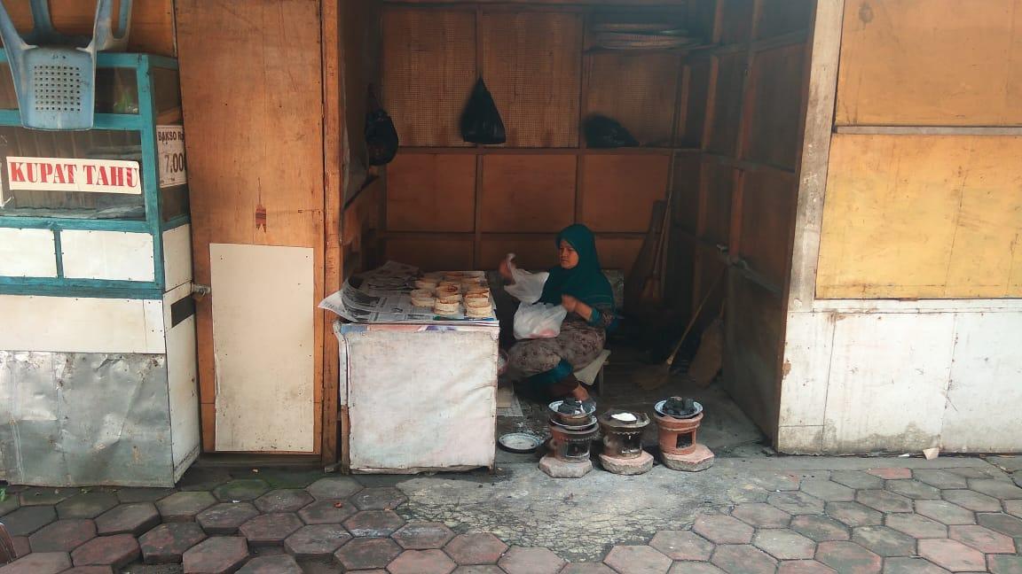 https://www.sedulurpasar.com/2018/12/sagon-basah-khas-wonosobo-bu-salbiah.html