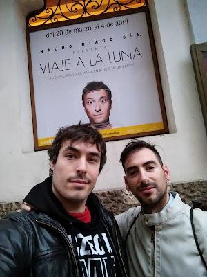 Icen y Paco enfrente del cartel de Viaje a la luna de Nacho Diago