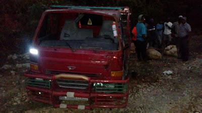 Una mujer muerta y cuatro hombres heridos tras volcarse camión en Neyba