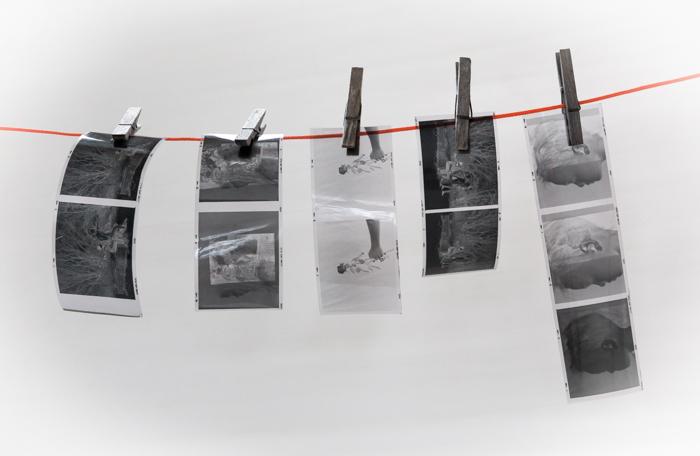 analoginen valokuvaus pimiötyöskentely negatiivien kehitys filminkehitys  mustavalkoinen filmi_