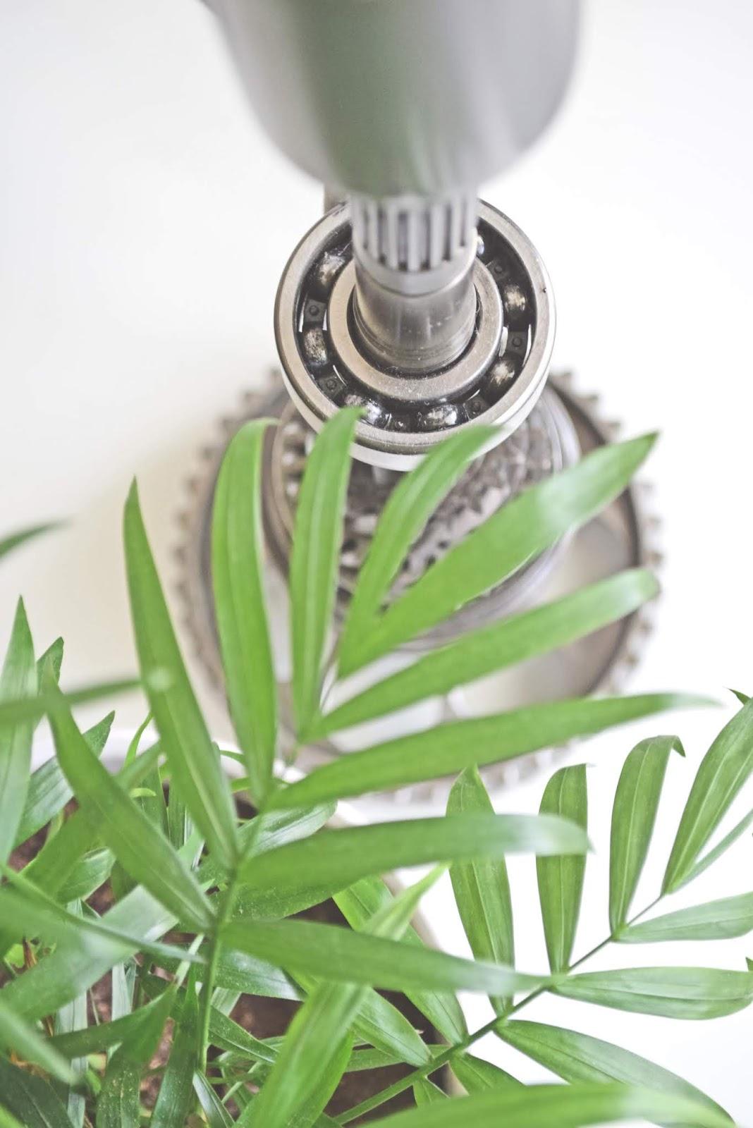 Recyklingowa lampa stołowa
