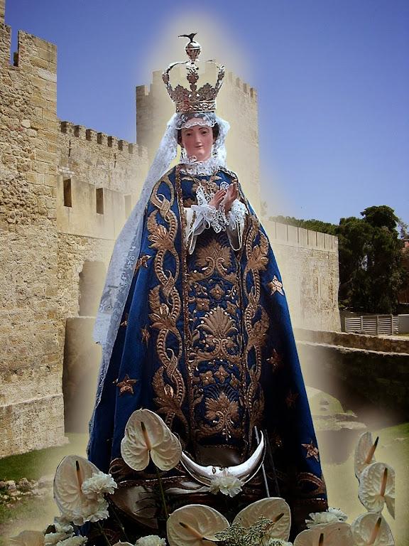 Nossa Senhora da Escada, Lisboa, Portugal. Fundo: castelo de São Jorge