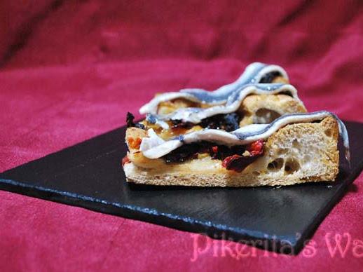 Pizza crujiente de teff con zorongollo, salmón y boquerones