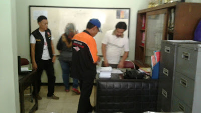 Pengurus ORARI Lokal Tasikmalaya mempersiapkan materi bimbingan Unar. Foto : YD1KHP.