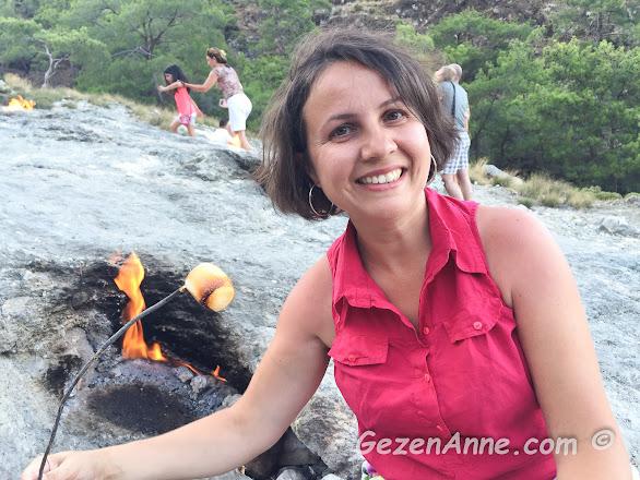 Yanartaş'ta marshmellow kızartması yaparken, Çıralı Antalya