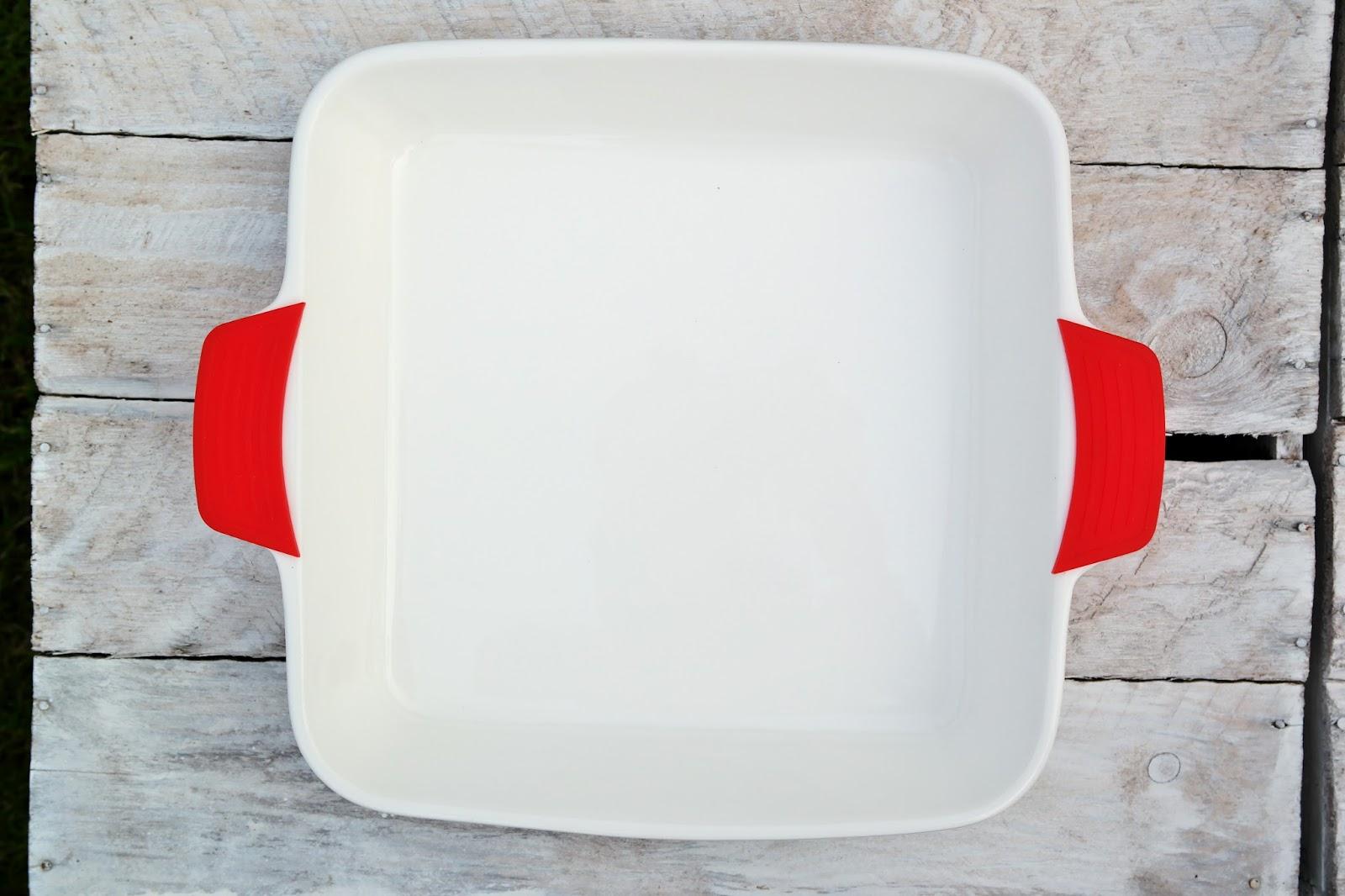 Żaroodporne naczynie ceramiczne z silikonowymi uchwytami.