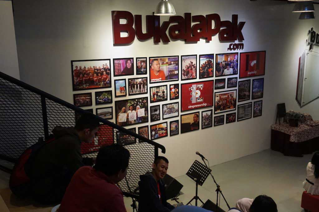 daftar perusahaan company startup corporate profil lokal indonesia berhasil sukses maju berkembang layanan servis kenapa bagaimana pendapatan penghasilan manfaat kelebihan bangkrut gagal kenapa pesaing kompetitor asing luar negeri gambar alamat kantor pusat cabang