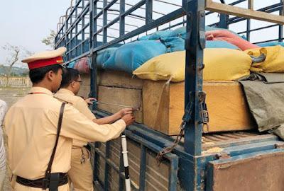 Quảng Ngãi: CSGT bắt ô tô chở 32 hộp gỗ lậu giấu lớp trấu