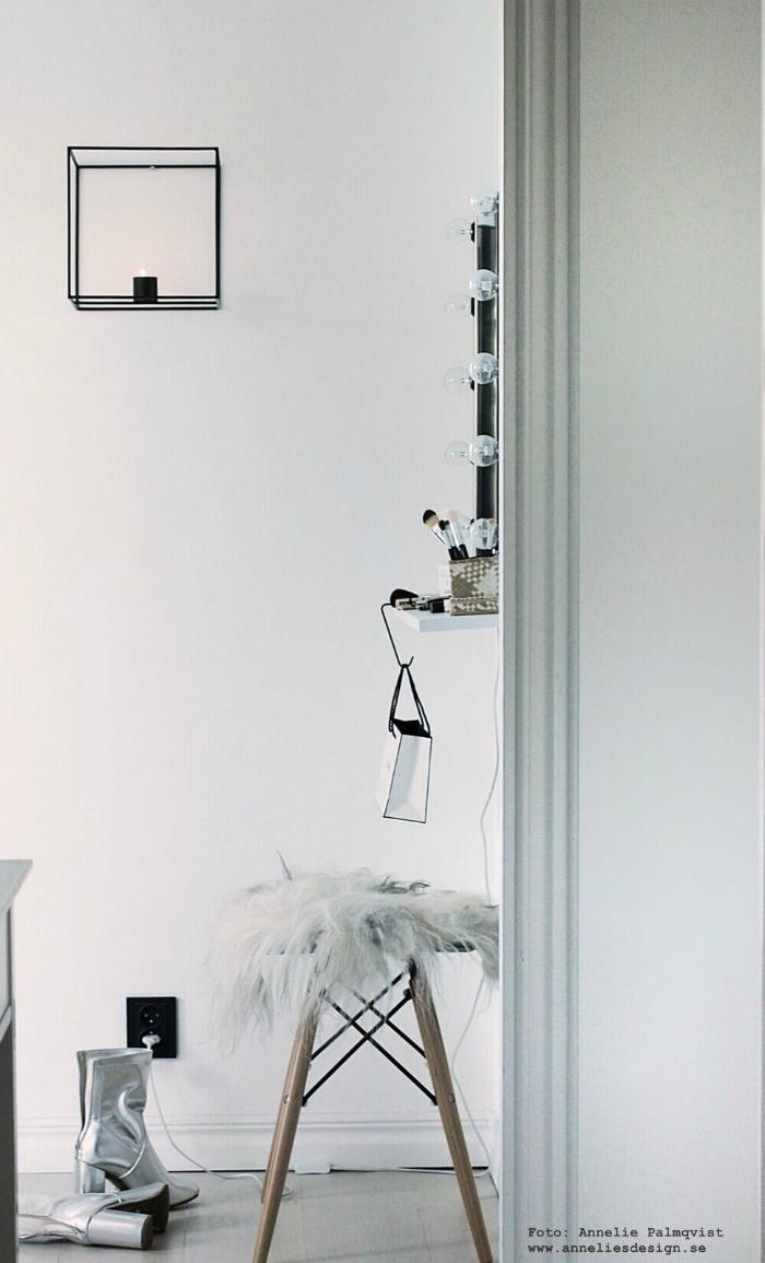 annelies design, väggljusstake, väggljusstakar, dup, ljusstake, ljusstakar, dekoration, walk in closet, garderob, öppen garderob, sminkhörna, sminkhörnor, smink, hörna, spegel, ikea, hylla, öppna garderober, webbutik, webbutiker, webshop, nätbutik, fårskinn, isländska fårskinn, pall,