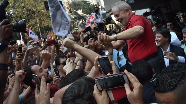 Lula recibido por seguidores después de defenderse entre lágrimas