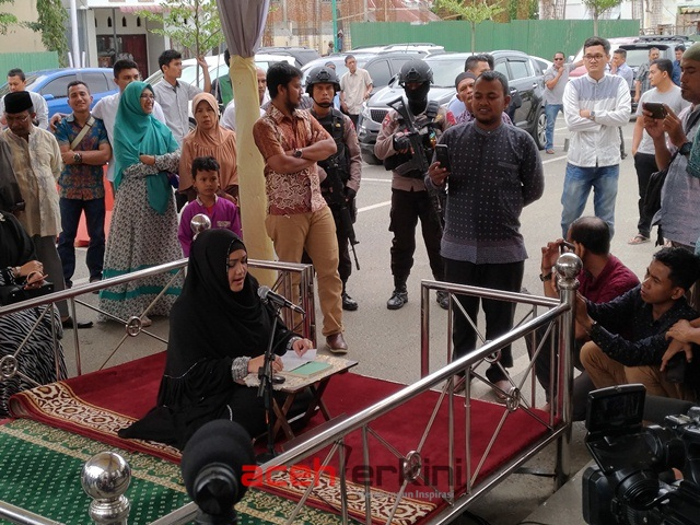 Datang Bulan, Balon Walikota Banda Aceh Baca Al-Quran di Luar Masjid