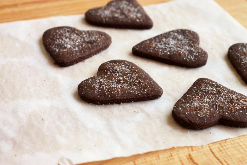 Biscottini di frolla al cacao a forma di cuore