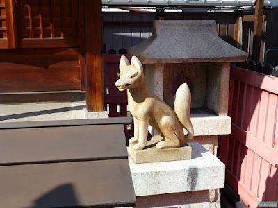 東成区中道の八阪神社松本稲荷大神白狐