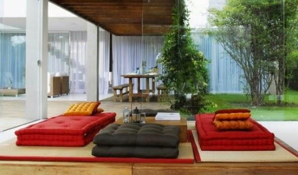 Gambar ruang tamu lesehan yang alami dan sejuk