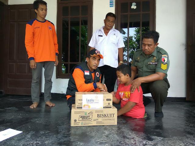 Moh. Sohibul Ihsan bersama relawan kemanusiaan sinergi Lazismu jember