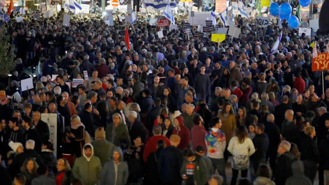 Miles de israelíes protestan contra el 'corrupto' Netanyahu