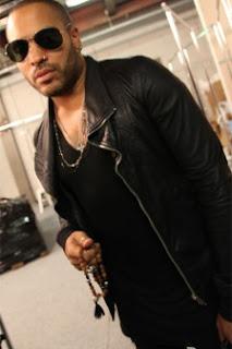 Lenny Kravitz memegang biji jenitri