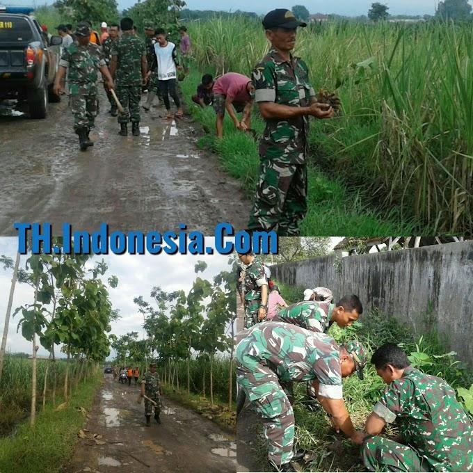 TNI - Polri Hijaukan Kawasan Pasar Hewan Margorejo