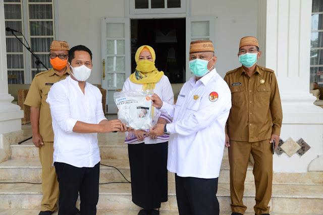 Hasjrat Abadi Grup Serahkan 17.203 Untuk Gustu Covid-19 Gorontalo ke Rusli Habibie