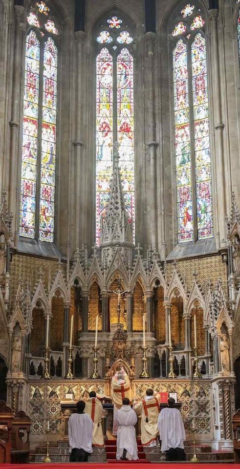Pugin: o estilo gótico exprime as verdades do culto católico. Igreja de São Domingos em Londres.