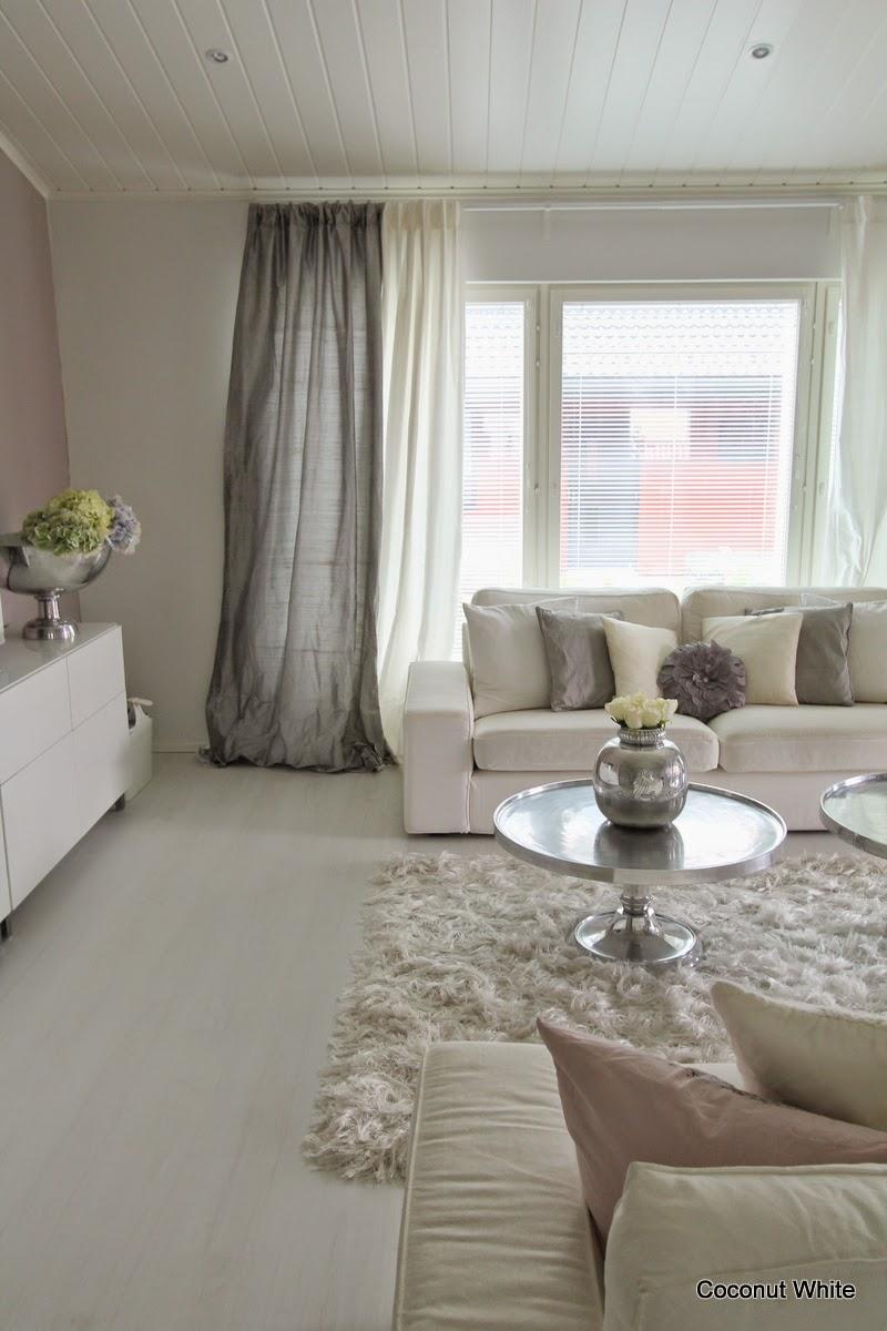 Olohuoneen harmaat verhot syksyyn! | Coconut White