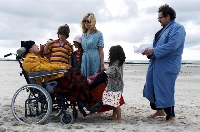 Jean-Dominique Bauby (Mathieu Amalric) entouré de sa famille dans Le Scaphandre et le papillon, de Julian Schnabel (2017)