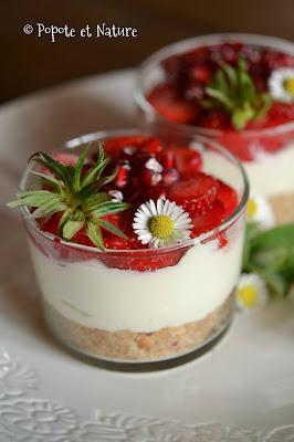 Verrines de cheesecake aux fraises, à la grenade et aux sablés de Retz ©Popote et Nature