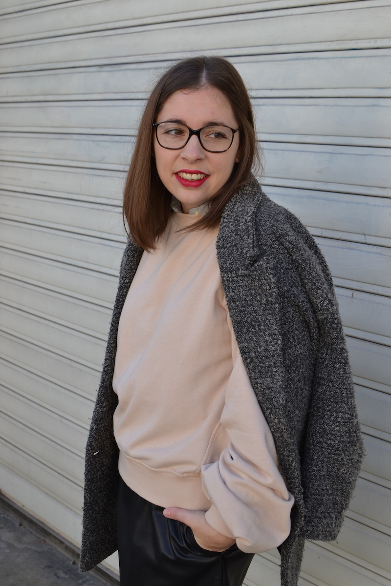 manteau gris chiné H&M, jupe simili cuir Zara, sweat rose H&M