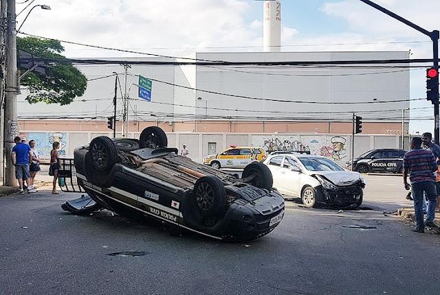 Viatura da Polícia Civil capota na Avenida Amazonas