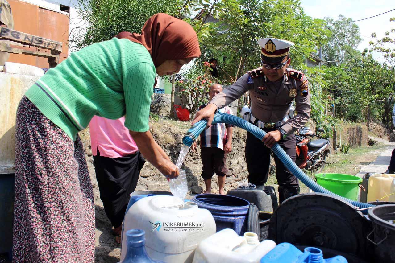 Alami Kekeringan Parah, Warga Surotronan Terima Bantuan Air Bersih dari Sat Lantas Polres Kebumen