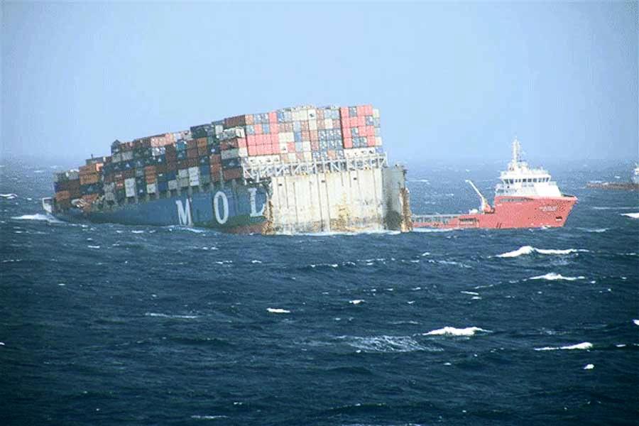 zwitserw maritiem containerschip mol comfort breekt in twee235n