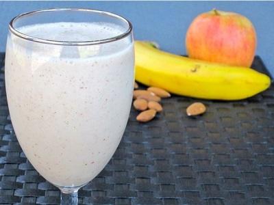 Almond Protein Smoothie.  Bahan: apel, almond, pisang.