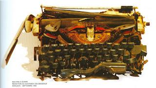 machine à écrire abimée par la guerre à Sarajevo, photo de Jeanloup Sieff