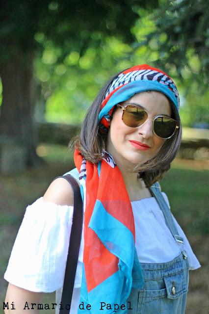 Aportar color a un look con un pañuelo en la cabeza