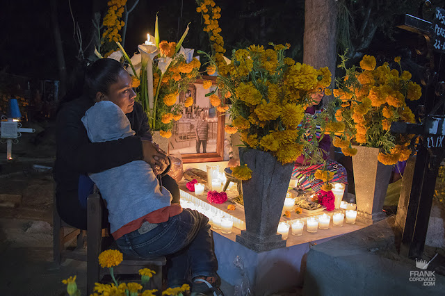 familia en panteon dia de muertos oaxaca