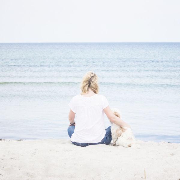 Chillen mit dem liebsten Hund am Strand