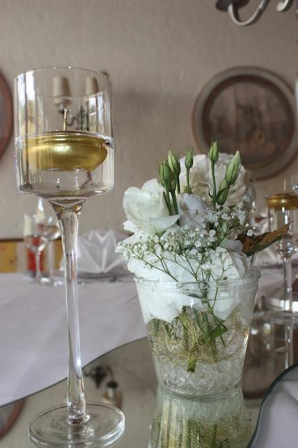 Schwimmkerzen Gold und Weiß, goldene Sommerhochzeit im Riessersee Hotel Garmisch-Partenkirchen, gold white wedding in Garmisch, Bavaria, lake-side, summer wedding