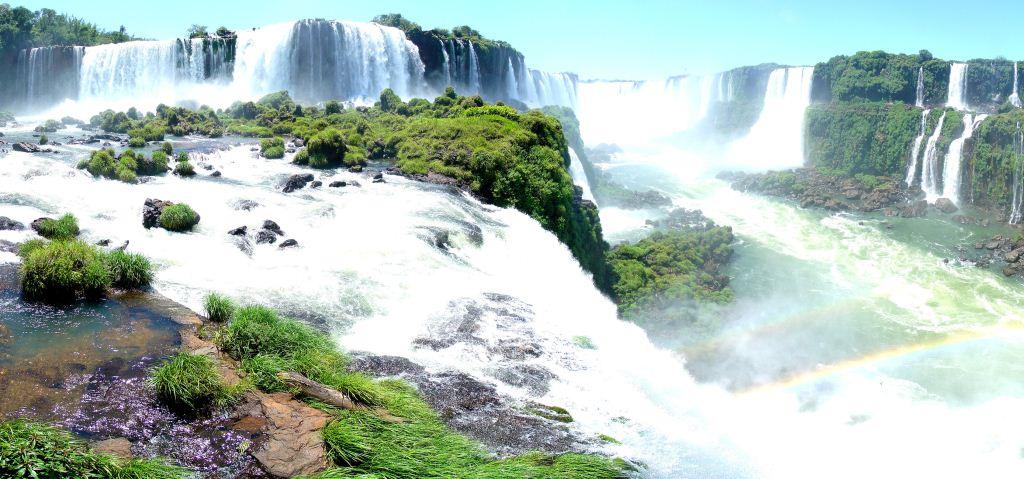 Iguazu Falls (air terjun Iguazu) adalah air terjun yang berasal dari aliran sungai Iguazu di perbatasan provinsi Misiones Argentina
