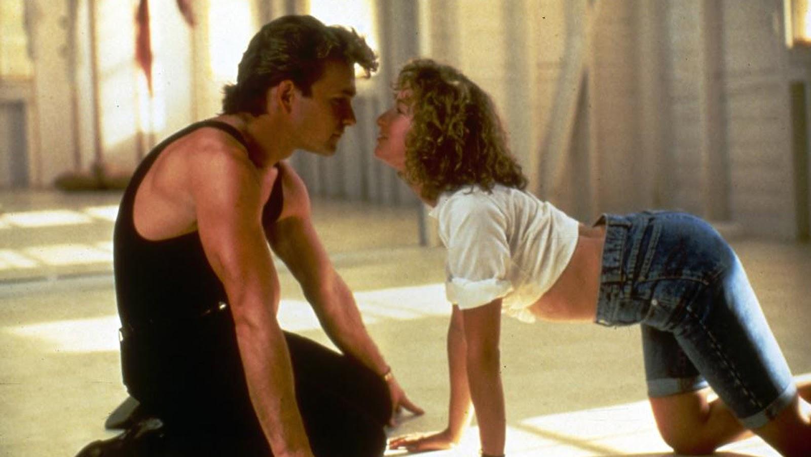 Jennifer Grey e Patrick Swayze sono in una sala da ballo. Seduto per terra lui, a quattro zampe lei.