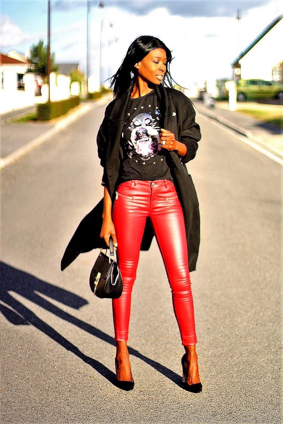pantalon-cuir-rouge-t-shirt-givenchy-manteau-oversize-sac-drew-chloe-blog-mode