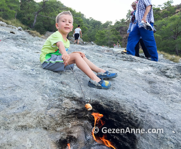 Yanartaş'ta marshmallow kızartırken, Çiralı Olimpos Antalya
