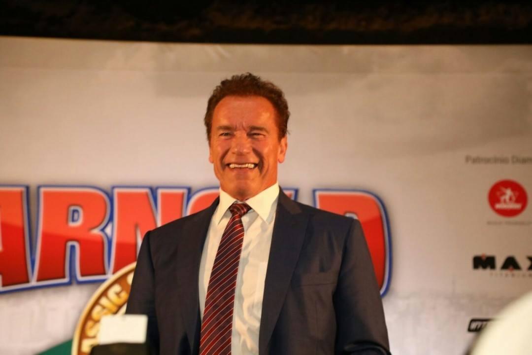 Sorridente, Arnold Schwarzenegger participa de coletiva de imprensa. Foto: Divulgação
