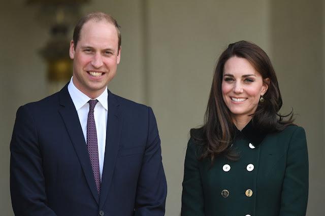 """""""O duque e a duquesa de Cambridge estão muito satisfeitos em anunciar que a duquesa de Cambridge está à espera do seu terceiro filho"""", disse o Palácio de Kensington."""