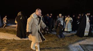 Ο Πούτιν βούτηξε σε παγωμένα νερά λίμνης για τα Θεοφάνεια και έκανε το σταυρό του - BINTEO