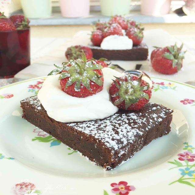 Veganer Schokobrownie mit Erdbeeren