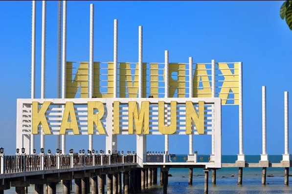 Tugu Karimun yang terletak di Coastal Area, menjadi icon yang ramai dikunjungi